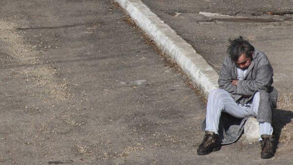Мужчина на обочине дороги, фото из архива - Sputnik Азербайджан