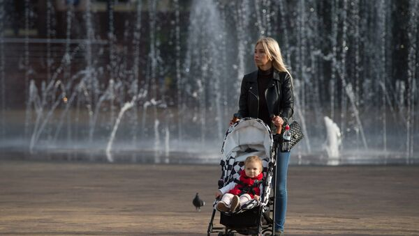 Женщина с детской коляской, фото из архива - Sputnik Азербайджан