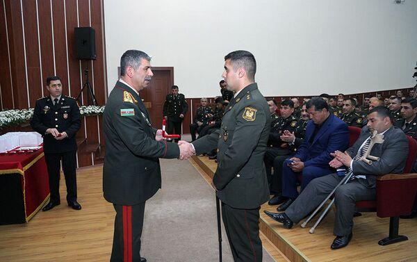 Генерал-полковник Закир Гасанов вручает медаль участникам апрельских боев - Sputnik Азербайджан