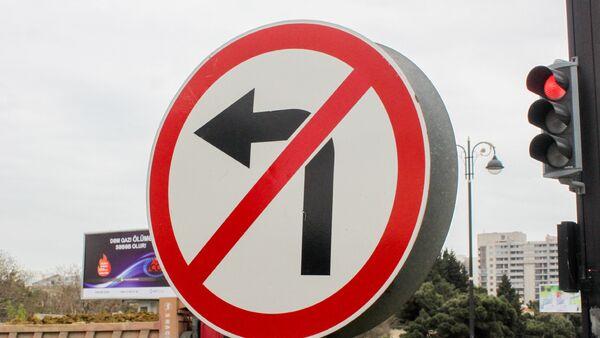 Запрещающий знак дорожного движения и красный свет светофора, фото из архива - Sputnik Азербайджан