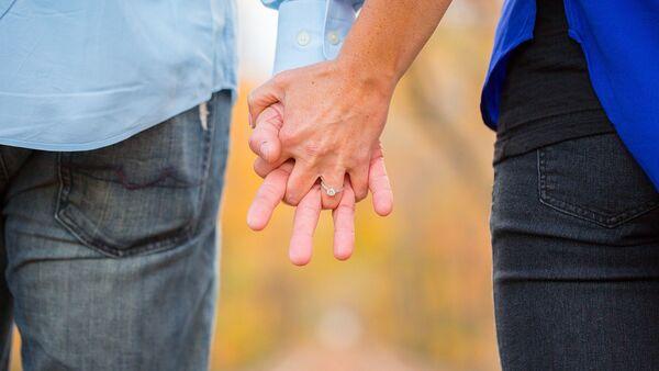 Женщина и мужчина держатся за руки - Sputnik Азербайджан