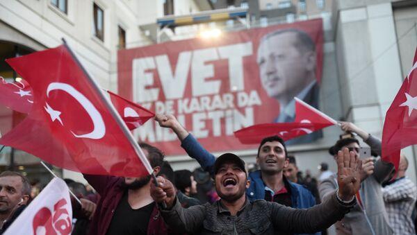 Сторонники президента Эрдогана у штаб-квартиры правящей Партия справедливости и развития, Стамбул, 16 апреля 2017 года - Sputnik Азербайджан