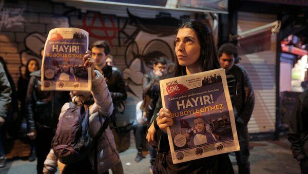 Люди протестуют против результатов референдума в Стамбуле, Турция, 16 апреля 2017 года - Sputnik Азербайджан