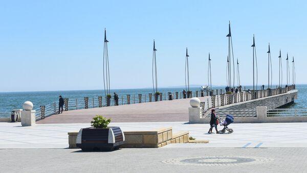 Приморский парк в Баку в солнечную погоду - Sputnik Азербайджан