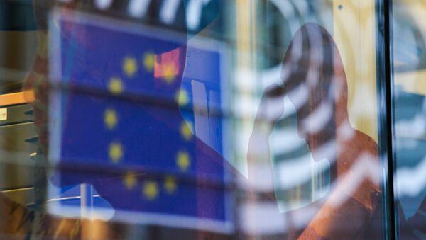 Отражение флага Евросоюза в окне одного из зданий в Брюсселе, фото из архива - Sputnik Азербайджан