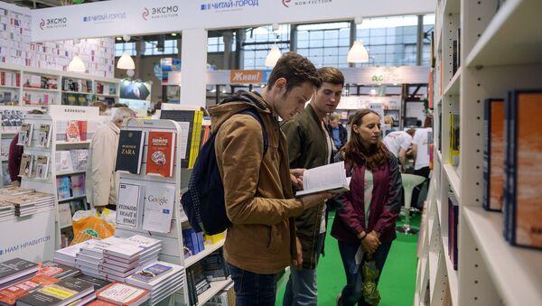 Посетители на открытии международной книжной выставки-ярмарки, фото из архива - Sputnik Азербайджан