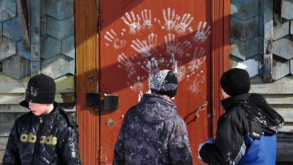 Мальчики у подъезда жилого дома, фото из архива - Sputnik Азербайджан