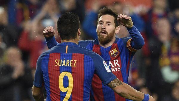 Аргентинский форвард Барселоны Лионель Месси (справа) с уругвайским форвардом Барселоны Луисом Суаресом радуется забитому голу в матче испанской футбольной лиги против Реал Сосьедад на стадионе Камп Ноу в Барселоне - Sputnik Азербайджан