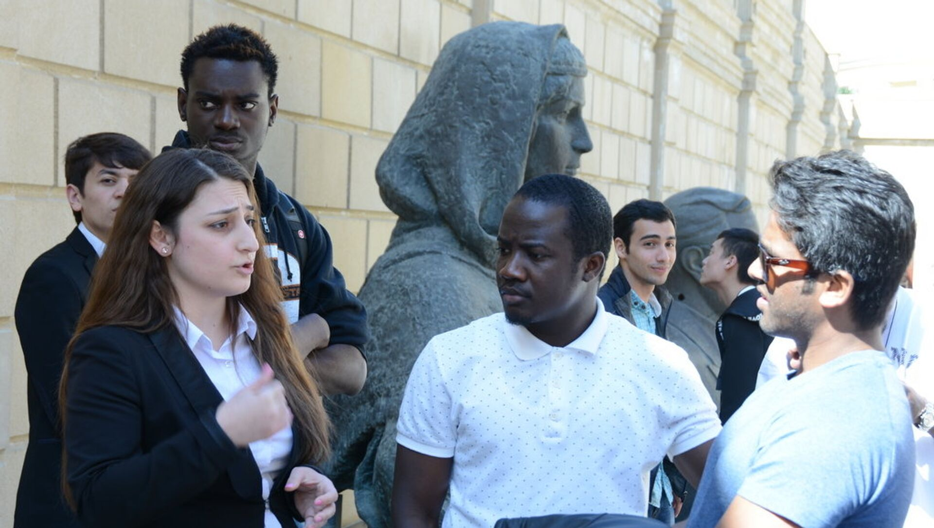 Студенты-иностранцы UNEC посетили Расстрелянные памятники в саду Национального музея искусств. - Sputnik Azərbaycan, 1920, 17.09.2021
