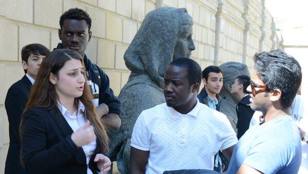 Студенты-иностранцы UNEC посетили Расстрелянные памятники в саду Национального музея искусств. - Sputnik Азербайджан