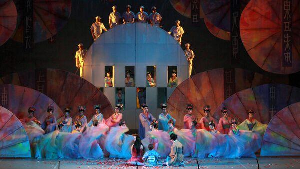 Сцена из спектакля Мадам Баттерфляй на сцене Большого Театра, фото из архива - Sputnik Азербайджан