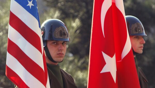 Турецкие гвардейцы чести с флагами США и Турции, фото из архива - Sputnik Азербайджан