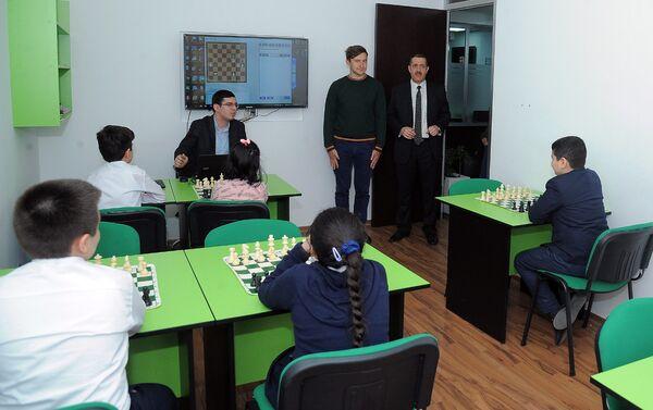 Российский гроссмейстер Сергей Карякин посетил Шахматную академию Вюгара Гашимова - Sputnik Азербайджан