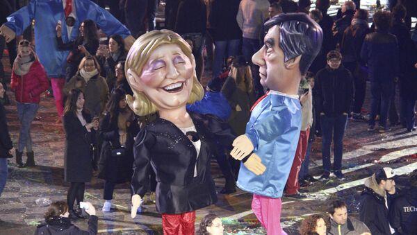 Куклы французских кандидатов в президенты Марин Ле Пен, слева и Франсуа Фийон, фото из архива - Sputnik Азербайджан