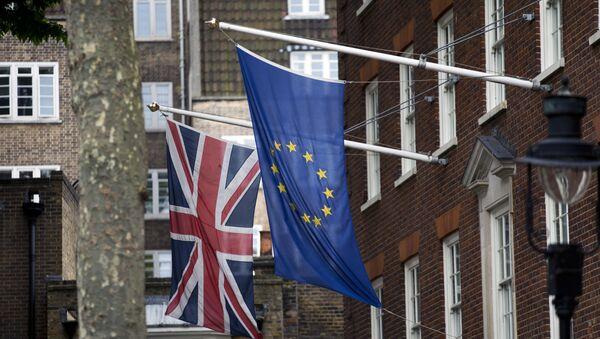Флаги Великобритании и ЕС перед лондонским офисом Европарламента, 22 июня 2016 года - Sputnik Азербайджан