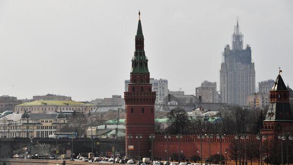 Московский Кремль и Кремлевская набережная, на втором плане справа — здание министерства иностранных дел РФ - Sputnik Азербайджан