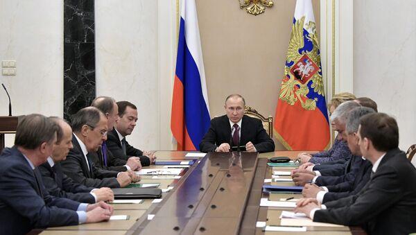 Президент РФ Владимир Путин проводит совещание с постоянными членами Совета безопасности РФ, фото из архива - Sputnik Азербайджан