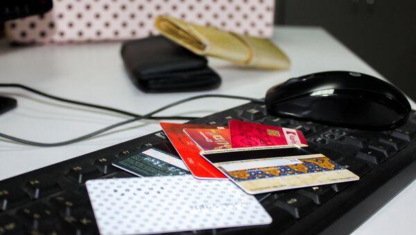 Кредитные карты на компьютерной клавиатуре, фото из архива - Sputnik Азербайджан