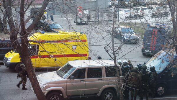 Бойцы СОБРа недалеко от здания здания приемной Управления ФСБ России по Хабаровскому краю, в котором неизвестный открыл огонь по сотрудникам и посетителям - Sputnik Азербайджан