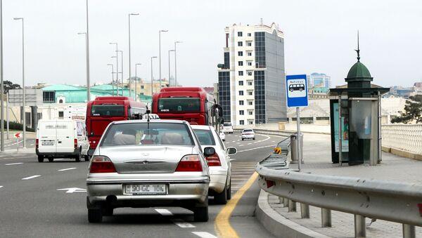 Автобусная остановка и движение транспорта на одной из улиц Баку, фото из архива - Sputnik Азербайджан