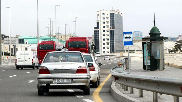 Автобусная остановка и движение транспорта на одной из улиц Баку, фото из архива - Sputnik Azərbaycan