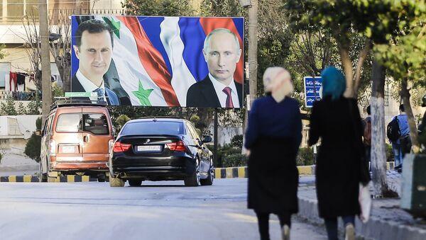 Сирийцы, идущие мимо гигантского плаката с президентом Сирии Башаром Асадом и президентом России  Владимиром Путиным, фото из архива - Sputnik Азербайджан