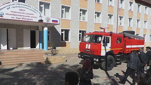 Пожарная машина у здания Агвалинской школы в Дагестане, фото из архива - Sputnik Азербайджан