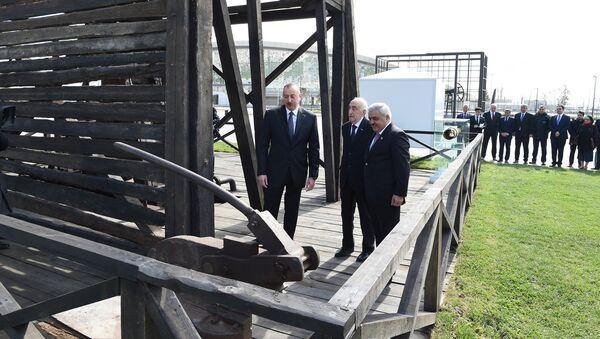 Президент Ильхам Алиев ознакомился с состоянием после реконструкции первой в мире скважины, пробуренной промышленным способом, на месторождении Бибиэйбат - Sputnik Азербайджан