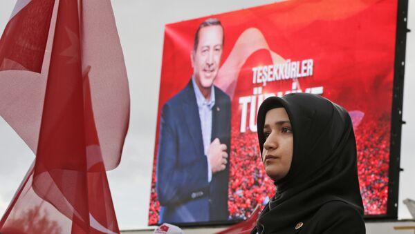 Девушка полицейский стоит на страже во время митинга сторонников президента Турции Реджепа Тайипа Эрдогана в Анкаре, Турция, в понедельник, 17 апреля 2017 года - Sputnik Азербайджан