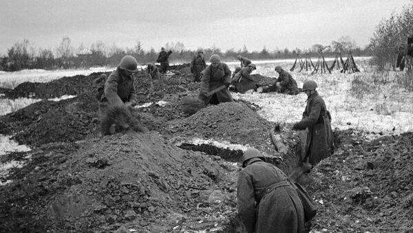 Советские солдаты роют окопы готовясь к отражению атаки врага, 1943 год - Sputnik Азербайджан