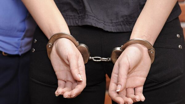 Девушка в наручниках, фото из архива - Sputnik Azərbaycan