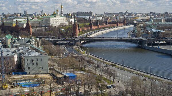 Вид на Московский Кремль, на Москву-реку с храма Христа Спасителя в Москве - Sputnik Азербайджан