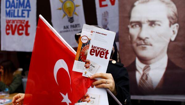 Сторонники внесения поправок в конституцию Турции в Стамбуле, 31 марта 2017 года - Sputnik Азербайджан