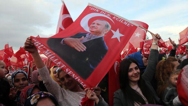 Сторонники внесения поправок в конституцию Турции в Анкаре, 17 апреля 2017 года - Sputnik Азербайджан