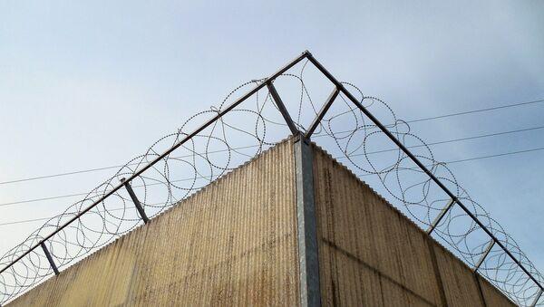 Колючая проволока над забором, фото из архива - Sputnik Азербайджан