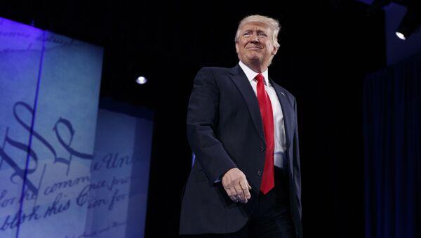 Президент США Дональд Трамп перед выступлением на конференции Консервативной Политической Деятельности, Оксон Хилл, штат Мэриленд, 24 февраля 2017 года - Sputnik Азербайджан