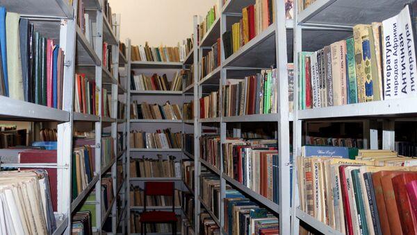Стеллаж с книгами одной из библиотек Наримановского района Баку - Sputnik Азербайджан