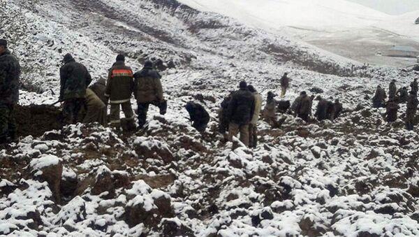 Сотрудники МЧС Кыргызстана во время поисковых работ на месте схода оползня в селе Аюу Узгенского района - Sputnik Азербайджан