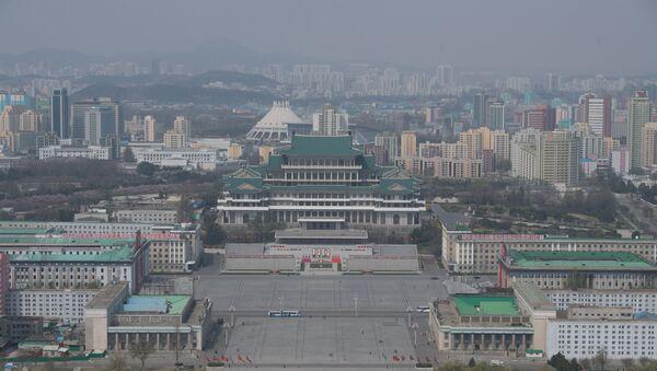 Вид на площадь Ким Ир Сена и Центральную библиотеку Пхеньяна со смотровой площадки монумента идей Чучхе - Sputnik Азербайджан