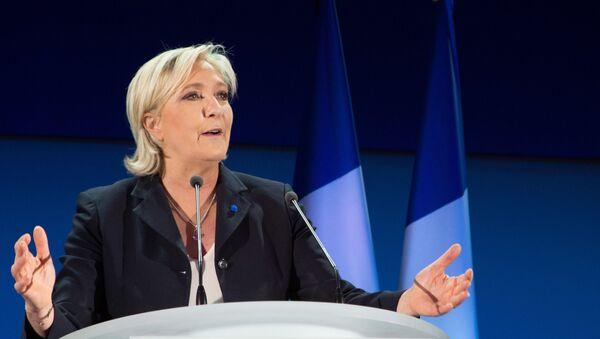 Лидер политической партии Франции Национальный фронт, кандидат в президенты Франции Марин Ле Пен во время пресс-конференции по итогам первого тура президентских выборов во Франции - Sputnik Азербайджан