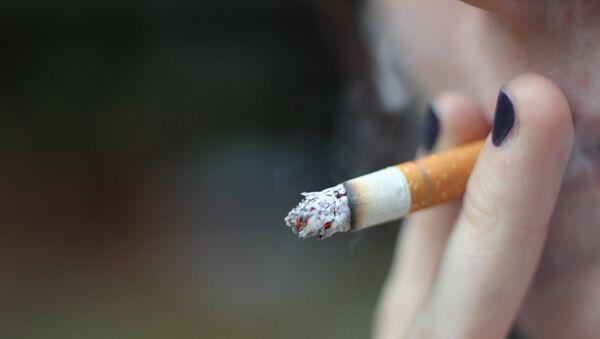 Девушка с сигаретой, фото из архива - Sputnik Азербайджан