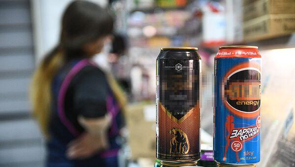 Банки с энергетическими напитками в одном из московских продуктовых магазинов, фото из архива - Sputnik Азербайджан