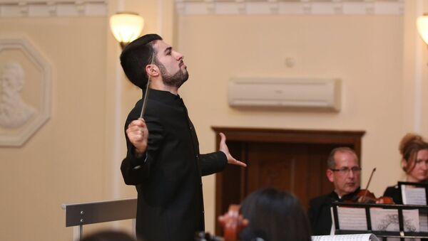 Азербайджанский дирижер, лауреат международных конкурсов Фархад Гараюсифли - Sputnik Азербайджан