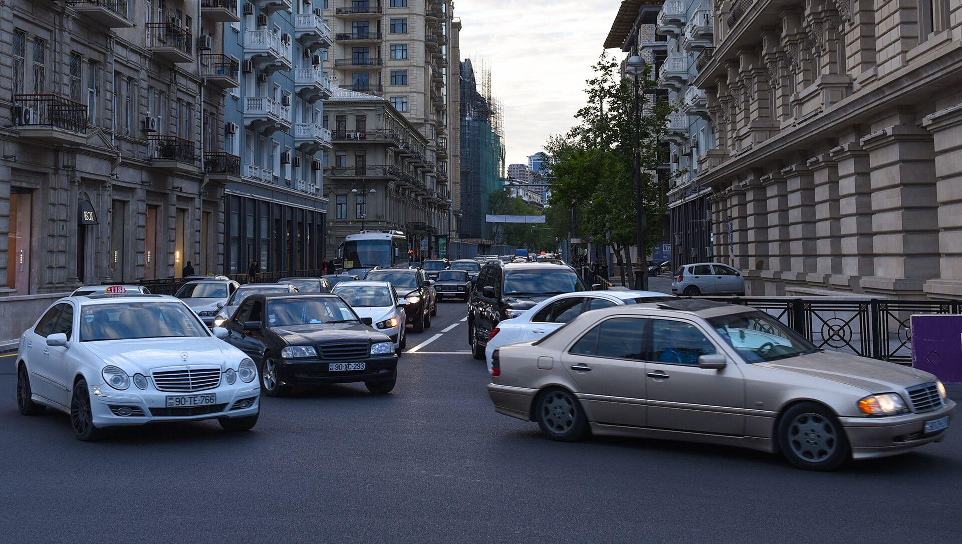 Движение транспорта на одной из центральных улиц Баку, фото из архива - Sputnik Азербайджан, 1920, 31.08.2021