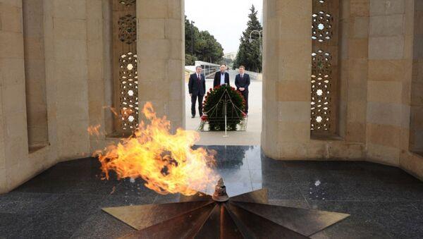 Лидер Международного евразийского движения Александр Дугин  у Вечного огня в Аллее Шехидов в Баку - Sputnik Азербайджан