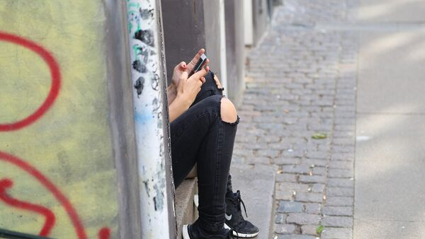 Девушка-подросток с телефоном, фото из архива - Sputnik Азербайджан