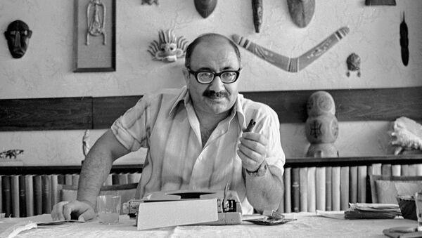 Драматург Магсуд Ибрагимбеков в 1986 году - Sputnik Азербайджан