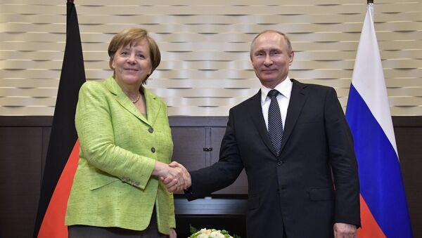 Президент РФ Владимир Путин и федеральный канцлер ФРГ Ангела Меркель во время встречи - Sputnik Азербайджан