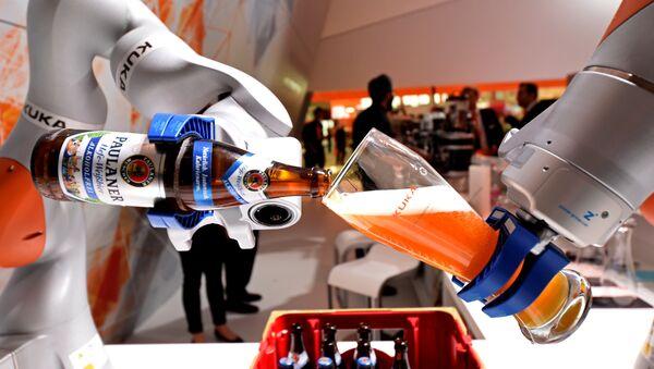 Роботизированная рука заполняет стакан баварским Вайсом на стенде немецкой компании Kuka на крупнейшей в мире промышленной ярмарке Ганноверская ярмарка в Ганновере, Германия, 24 апреля 2017 года - Sputnik Азербайджан