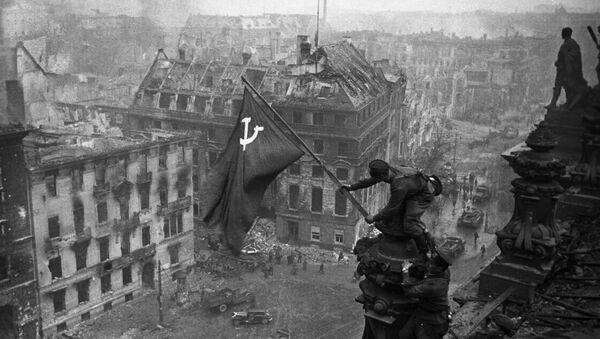 Боец Красной армии водружает Знамя Победы на поверженном Рейхстаге, 2 мая 1945 года - Sputnik Азербайджан